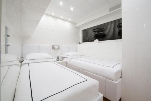 106 Leopard Yacht Charter Guestroom 2