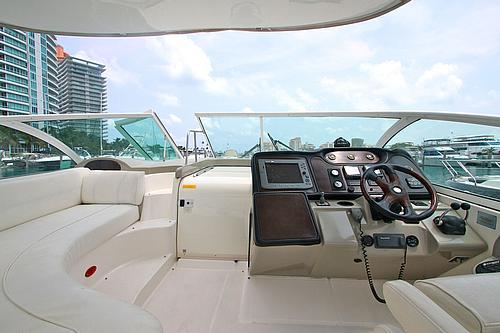 46' Cruiser Boat Helm2